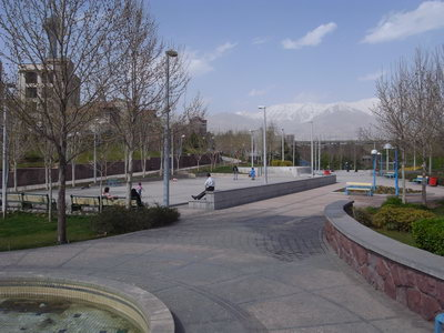 Un parc dans Teheran et les montagnes enneigees au fond