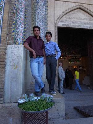 Mohammed et un ami devant le stand de son pere