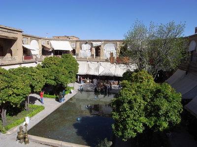 Le caravanserail au milieu du bazar