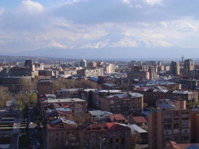 Le mont Ararat au fond de la ville