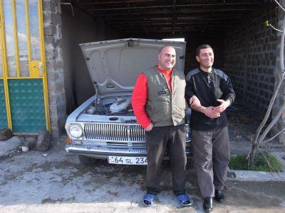 Garagistes posant fierement devant une Volga de 1973
