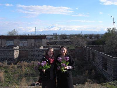 Annelie et Karin avec les fleurs offertes par les garagistes