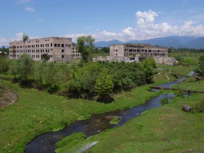 Batiment detruit durant la guerre avec la Georgie en 1992, mais le cadre reste idyllique