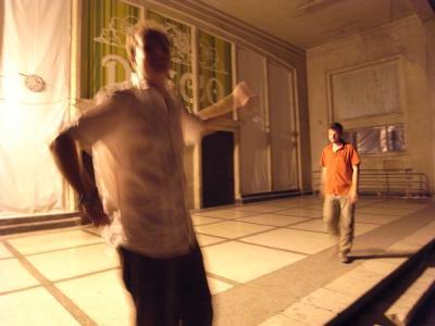Danse devant la discotheque fermee...