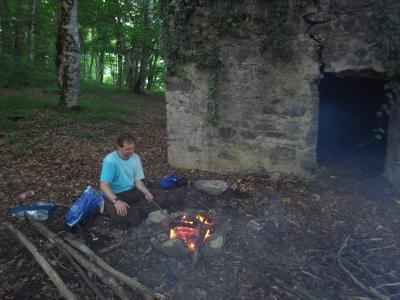 Le feu et l'eglise derriere
