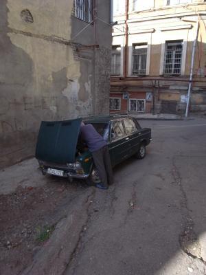 Posture classique quand on roule en Lada!